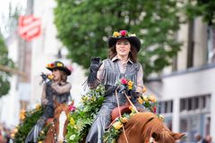Mujer en el uniforme de cuero en un caballo fotografía de archivo