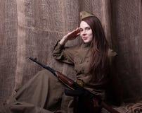 Mujer en el uniforme militar ruso con el rifle Soldado de sexo femenino durante la Segunda Guerra Mundial Imágenes de archivo libres de regalías