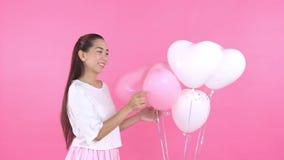Mujer en el vestido blanco con el globo