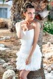 Mujer en el vestido blanco en la playa tropical cerca de las palmeras Imagenes de archivo