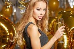 Mujer en el vestido de noche con los vidrios del champán - Año Nuevo Fotografía de archivo