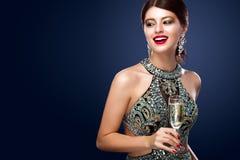 Mujer en el vestido de noche con los vidrios del champán - Año Nuevo, celebración Imagenes de archivo