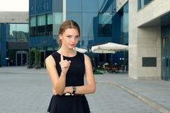 Mujer en el vestido formal que muestra advertencias del gesto Imágenes de archivo libres de regalías