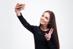 Mujer en el vestido negro de la moda que hace la foto del selfie Fotos de archivo libres de regalías