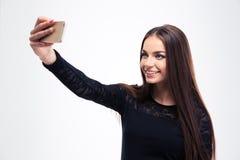 Mujer en el vestido negro de la moda que hace la foto del selfie Imágenes de archivo libres de regalías
