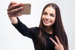 Mujer en el vestido negro que hace la foto del selfie Foto de archivo libre de regalías