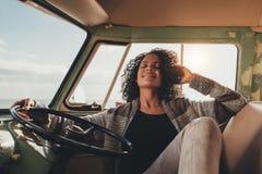 Mujer en el viaje por carretera que toma resto en la furgoneta Foto de archivo libre de regalías