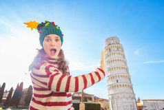 Mujer en el viaje que se inclina favorable del sombrero del árbol de navidad de Pisa Imagen de archivo