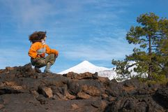 Mujer en el volcán de Teide Imagen de archivo libre de regalías