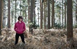 Mujer en engranaje corriente en el bosque Fotografía de archivo