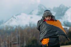 Mujer en engranaje del invierno en montañas Imagen de archivo libre de regalías