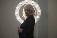 Mujer en enlace rizada que presenta, ronda ligera del pelo del maquillaje Fotos de archivo