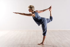 Mujer en equilibrio perfecto mientras que lleva a cabo el pie Fotos de archivo libres de regalías