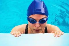 Mujer en equipo de la natación imagenes de archivo