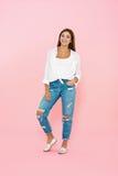 Mujer en equipo de moda de la primavera Tejanos y camisa blanca Imagenes de archivo