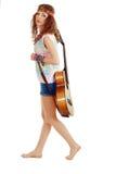 Mujer en equipo del hippie que recorre con la guitarra Imagen de archivo libre de regalías
