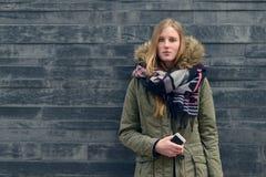 Mujer en equipo del invierno en Front Old Gray Wall Fotos de archivo