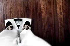 Mujer en escala Foto de archivo libre de regalías