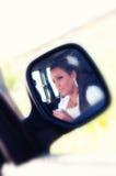 Mujer en espejo de la vista posterior imagenes de archivo