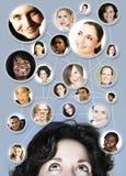 Mujer en establecimiento de una red del social 30s libre illustration