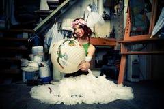 Mujer en estudio del arte Fotos de archivo libres de regalías