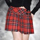 Mujer en falda de tela escocesa. Fotografía de archivo libre de regalías