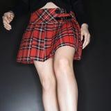 Mujer en falda de tela escocesa. Fotos de archivo libres de regalías