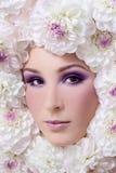 Mujer en flores foto de archivo