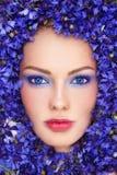 Mujer en flores azules foto de archivo libre de regalías