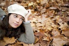 Mujer en fondo del otoño Foto de archivo