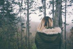 Mujer en Forest Back View imagen de archivo libre de regalías