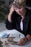 Mujer en fotos de observación de luto Fotos de archivo libres de regalías