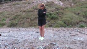 Mujer en frío en la playa metrajes