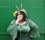 Mujer en fumar verde del traje Foto de archivo