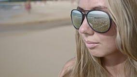 Mujer en gafas de sol almacen de metraje de vídeo