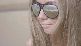 Mujer en gafas de sol almacen de video