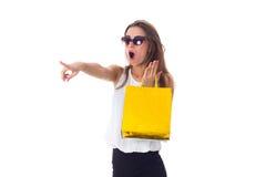 Mujer en gafas de sol con los panieres Foto de archivo libre de regalías
