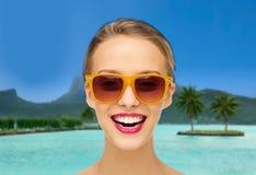 Mujer en gafas de sol sobre la playa del bora del bora Foto de archivo libre de regalías