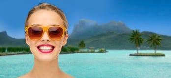 Mujer en gafas de sol sobre la playa del bora del bora Imágenes de archivo libres de regalías
