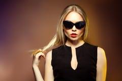Mujer en gafas de sol, tiro de la moda del estudio. Maquillaje profesional Foto de archivo libre de regalías
