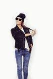 Mujer en gafas de sol y chaqueta de cuero y gorrita tejida negras Fotos de archivo