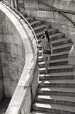 Mujer en gafas de sol y vestido que camina abajo de las escaleras Imagen de archivo libre de regalías