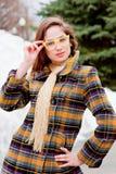 Mujer en gafas en una caminata en el parque Foto de archivo