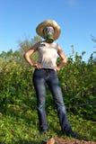 Mujer en gas-máscara en el trabajo del jardín Imagen de archivo