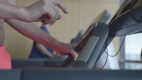 Mujer en gimnasia almacen de metraje de vídeo