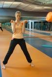 Mujer en gimnasio Fotografía de archivo