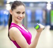Mujer en gimnasio Foto de archivo