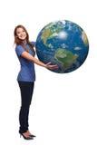 Mujer en globo integral de la tierra que se sostiene Imagen de archivo