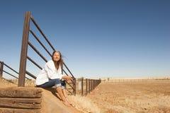 Mujer en granja en el interior Australia Foto de archivo libre de regalías