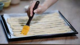 Mujer en grissini del cepillo de la cocina con aceite de oliva Cocinar grissini italiano almacen de metraje de vídeo